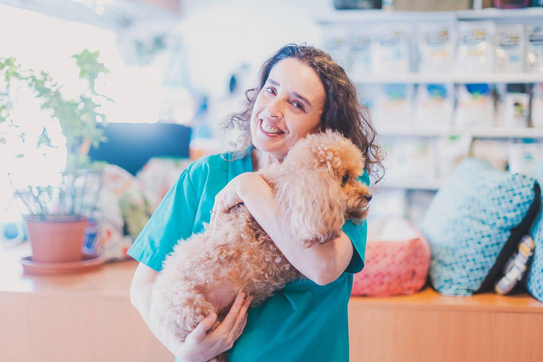veterinaria con perro en brazos